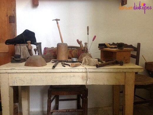 Το τσαγκαράδικο στην Μονή Ουρσουλινών, Λουτρά Τήνος