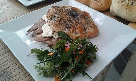 Street food στην Τήνο με παραδοσιακά προϊόντα