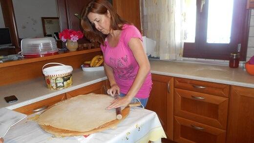 Η Λυδία ετοιμάζει το φύλλο για την βάση της μελόπιτας