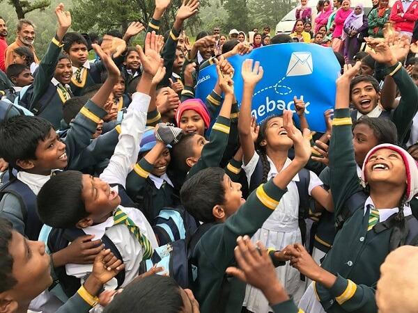 Solidar courier ταξιδιώτες και τα παιδιά χαμογελούν
